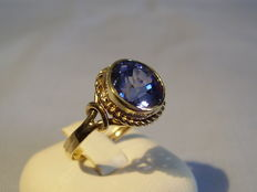 Gold ring with blue sapphire, 4.6ct