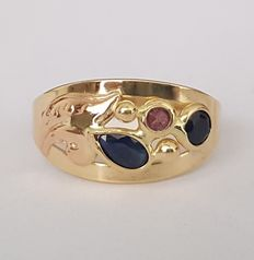 Ajour 18 kt gold ring with sapphires and ruby