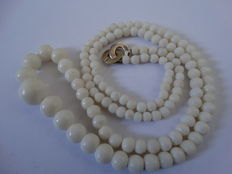 White natural coral necklace ranging from approx. 3 mm to 12 mm