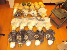 Lot with 14 gas masks, still sealed never used filters, and packaged in a carry case - 20th century