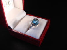 Art Deco silver ring, set with a calibré facetted blue topaz