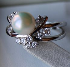 Sterling silver beautiful design ring with a sea/salty Japanese Akoya pearl and 12 zirconias of approx.0.62 ct