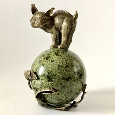 Interesting 8,6cm Serpentine sphere, topped with Bronze Lynx figurine - 14cm - 1124gm