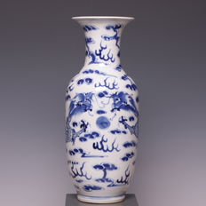 Beautiful blue and white porcelain vase, dragons with flaming pearl - China - 19th century