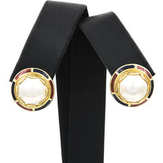 Earrings made of yellow gold and enamel with saltwater cultured Mabé pearls, 10.50 mm in diameter (approx.).
