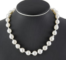 Choker of Australian South Sea salt water cultured baroque pearls, approx. 12 mm in diameter, with yellow gold clasp