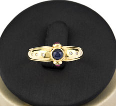 18 kt Yellow gold ring with brilliant cut diamonds, round cut rubies and a central round cut sapphire – Ring size: 16 (Spain)