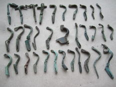 Collection of ancient bronze fibulae and their parts - 12 to 54 mm (33)