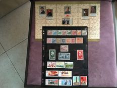 "China 1949/1977 - Collection of 28 stamps and a souvenir folder ""the First Anniversary of death of Chairman Mao"""