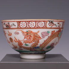 Beautiful polychrome decorated porcelain bowl, dragon with flaming pearl - China - circa 1900