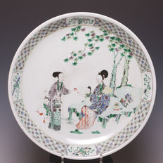 Beautiful large Famille verte porcelain dish with a grooved edge – lovely decoration of Chinese ladies with young boys – China – 19th century