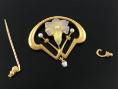 Magnificent Art Nouveau Brooch/Pendant in 18 kt Gold - Enamelled and Decorated with Fine Pearls - With Removable Pin.