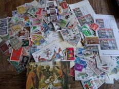World - Batch of over 30,000 stamps and blocks on cards, in albums and loose