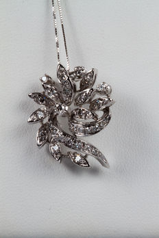 Flower-shaped 18 kt white gold pendant with diamonds