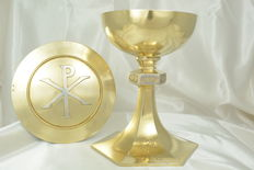 Chalice in solid silver, vermeil.  Paten in silver and vermeil - case - Circa 1850.