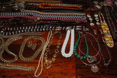 Collection of jewellery: a.o. necklaces, bracelets, earrings, rings, tie pins, jewellery holders