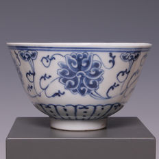 Beautiful blue white porcelain bowl, in Ming style, stylised floral decorations - China, around 1910 (marked and period: Xuantong )