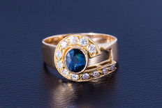 Gold ring made of 750 yellow gold with central sapphire (oval cut) flanked by 12 diamonds (brilliant cut) approx. 0.4ct