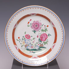 Beautiful polychrome decorated porcelain plate - China - 18th century.