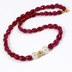 Ruby and cultured pearl necklace with 18 kt/750 yellow gold clasp