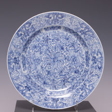 Nice blue white porcelain plate - Finely stylized floral decoration - China - Approx. 1700 (Kangxi period)