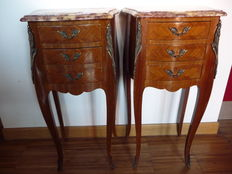 A pair of French Louis XV style night stands, in valuable inlaid wood, with a pinkish marble top - 20th century