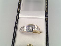 18 kt yellow and white gold ring with 27 princess cut diamonds, in total 1.35 ct