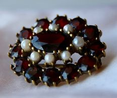 Brooch 24x19,6 mm with 13 Bohemian garnets approx. 3.4Ct. and 8 seed pearls.
