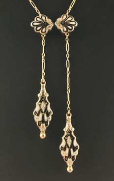 Delicate Antique Négligé Necklace - 19 th century - in 18 kt Gold and Black and White Enamel.