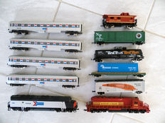 Mehano H0 - 2 American trains: diesel locomotive 505 and 4 express train carriages of Amtrak and diesel locomotive 1996 and 5 freight carriages of Boston and Main