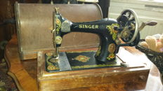 Antique Singer 128K sewing machine complete with case, 1919