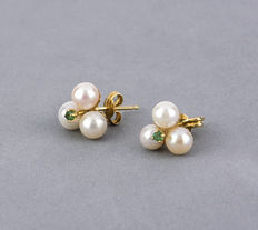 Yellow gold earrings with three cultured pearls measuring 4.50 mm in diameter (approx.) and one emerald gemstone in prong setting in the middle.