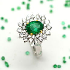 18 kt gold ring with 1.01 ct emerald and brilliant cut diamonds totalling 1.13 ct.