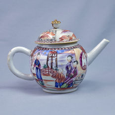 Porcelain teapot, Mandarin decoration - China - 18th century