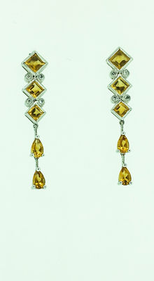 Gold earring with citrine