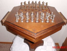 Art Deco chess game integrated in a hexagonal walnut table, including solid brass figures, diameter 54 cm!