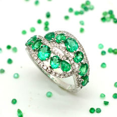 Cocktail ring - 18 kt gold with emeralds and brilliant cut diamonds totalling 2.63 ct - Size: 15/55.