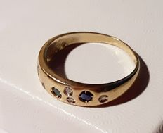 585 gold ring 1.5g with 5 white diamonds