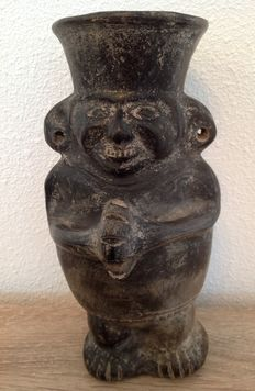Pre-Columbian Chimu/Inka ceramic of a dignitary holding a conch shell - 21 cm