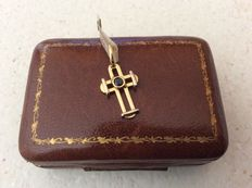 Small cross shaped pendant in 18 kt yellow gold.