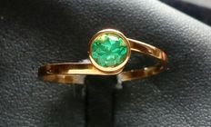 Yellow gold (18 kt/750) ring with 0.45 ct emerald