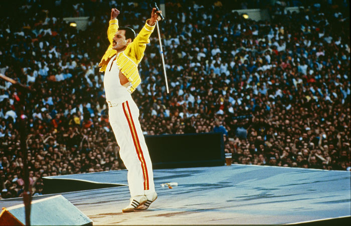 Queen, Freddie Mercury, four big colour photographs, live - Catawiki