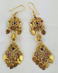 Vintage pair of earrings from Northern India - in gold-plated silver, with synthetic stones.