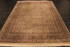 Beautiful hand-knotted oriental carpet, Herati, 195 x 260cm, made in India at the end of the 20th century