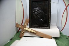 The lot includes a wooden plaque and a crucifix - 20th century