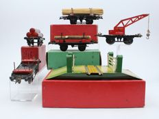Hornby, England - Spoor 0 - Lot with 5 tin wagons, railway crossing and buffer, 1950s