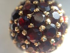 18 kt gold entourage ring set with garnets, spherical and in new condition