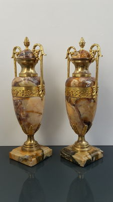 A pair of vase-shaped marble cassolettes - France - ca. 1870