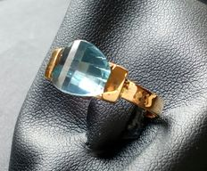 18 kt (750/1000) yellow gold ring with blue faceted topaz