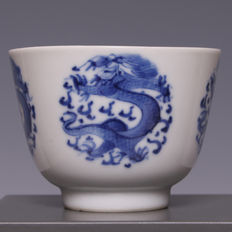 Beautiful blue and white porcelain bowl, four-clawed dragon in medallion – China – around 1900